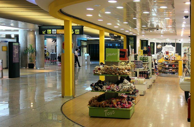 800px-X100_Flughafen_Palma_de_Mallorca_duty_free_shop