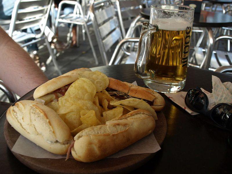 1024px-Montaditos_con_jarra_de_cerveza