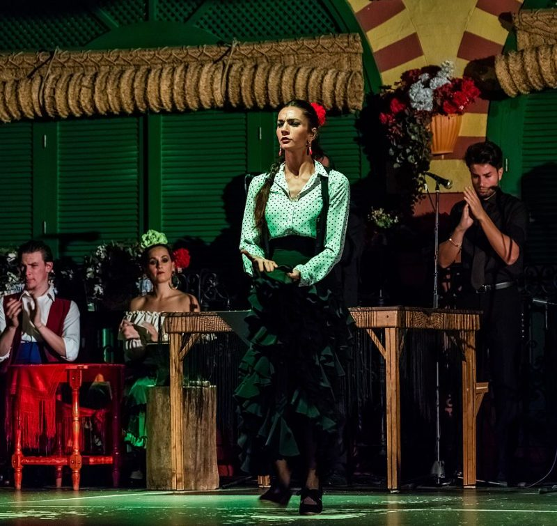 883px-Flamenco_en_el_Palacio_Andaluz,_Sevilla,_España,_2015-12-06,_DD_06