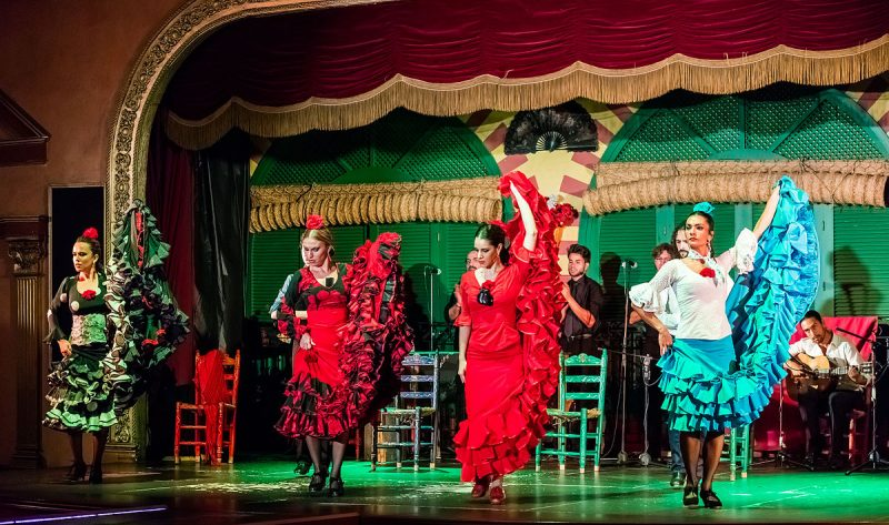 1200px-Flamenco_en_el_Palacio_Andaluz,_Sevilla,_España,_2015-12-06,_DD_02